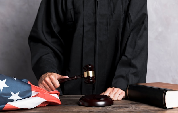 Судья крупным планом, ударяющий молотком