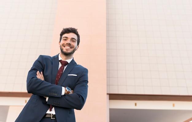 低角度のスーツのポーズで幸せな男