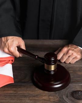 Судья крупным планом поражает деревянный молоток