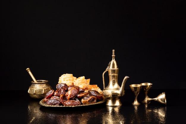 黒の背景と正面のお祝いテーブル