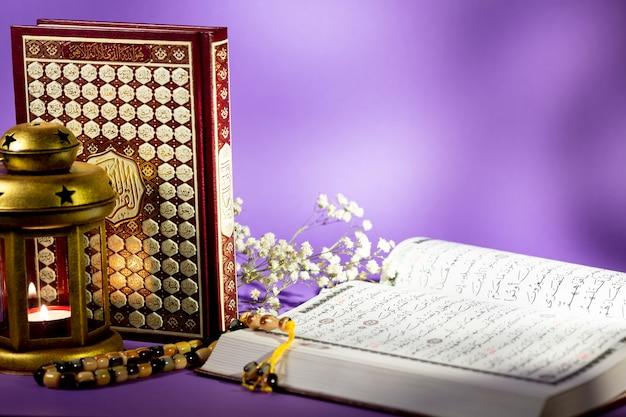 紫色の背景で開いているコーランを閉じる