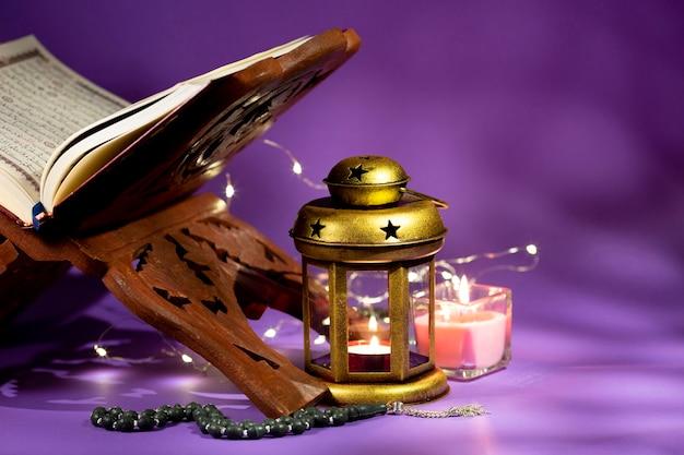 アラビア語の書棚とコーランを閉じる
