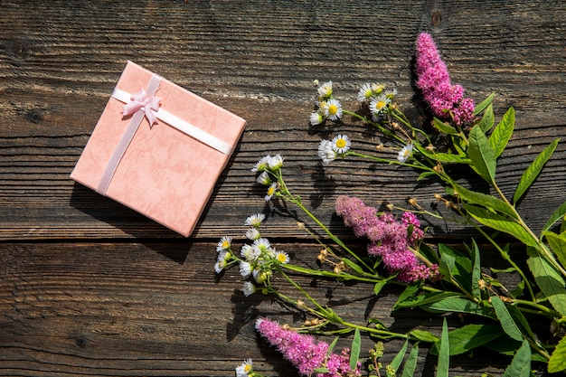 かわいい贈り物とラベンダーの花