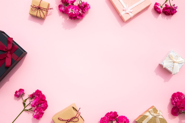 Симпатичный розовый фон с рамкой для подарка
