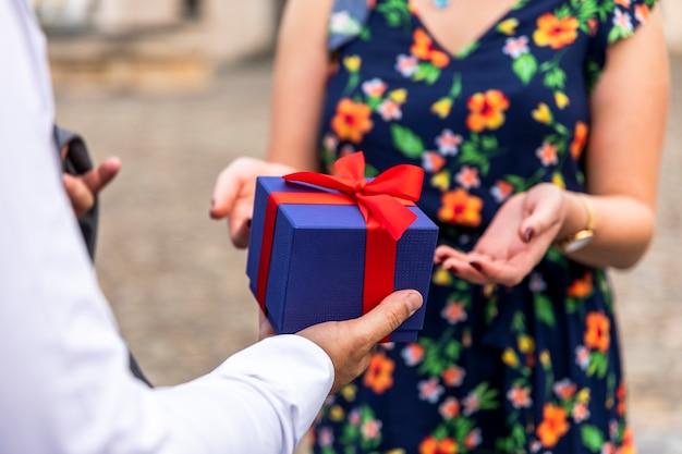 かわいい贈り物を受け取る準備ができている女性
