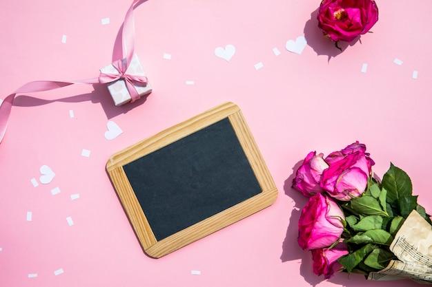 小さな黒板とバラの花束