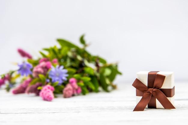 Расфокусированным фон цветок с подарком