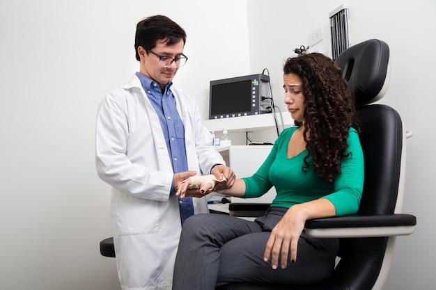Среднестатистический доктор, перевязывающий руку