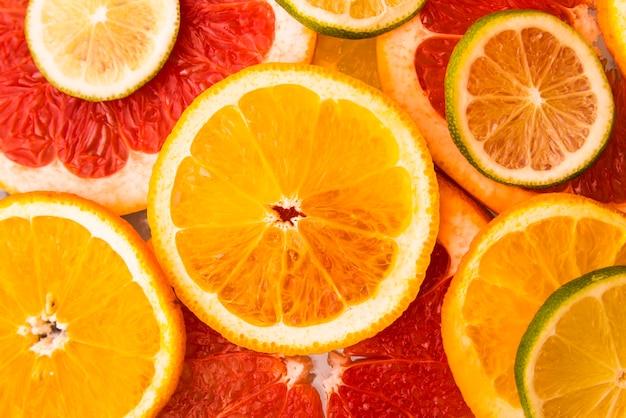 新鮮な柑橘系の果物のトップビューサラダ