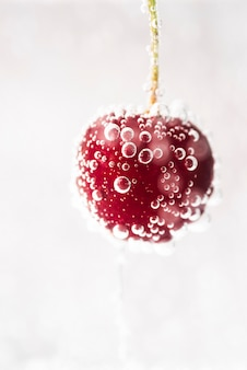 Свежая красная вишня с пузырьками воды