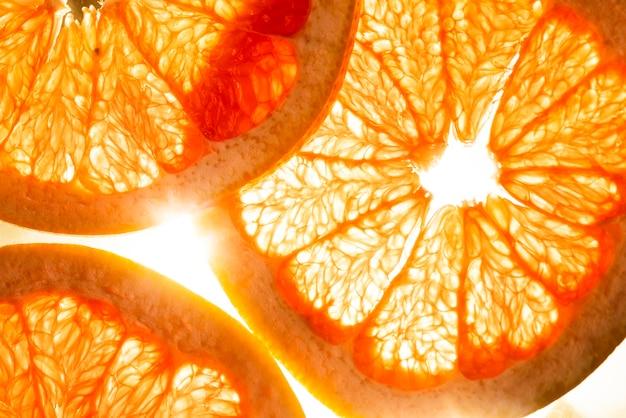 日光の下でクローズアップグレープフルーツスライス