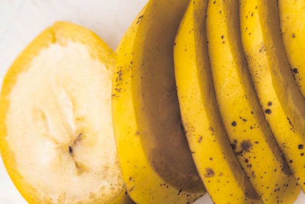 Спелый банан с кусочками фруктов крупным планом