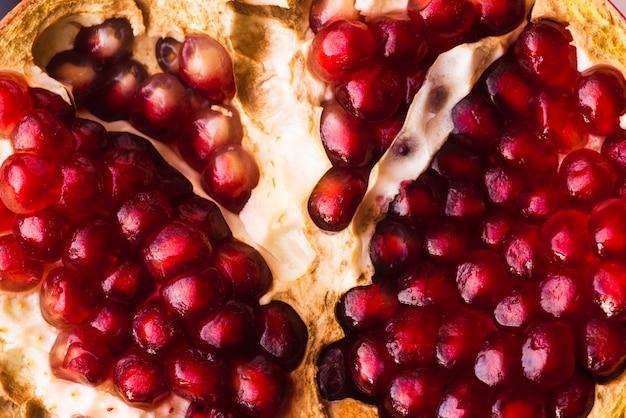 熟したザクロの果実と種子