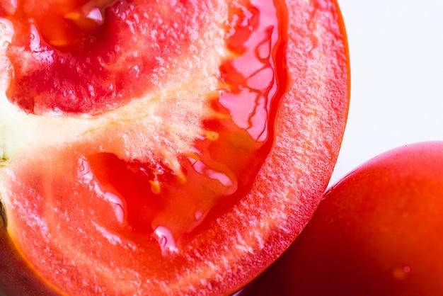 トマトフルーツのクローズアップの半分のスライス