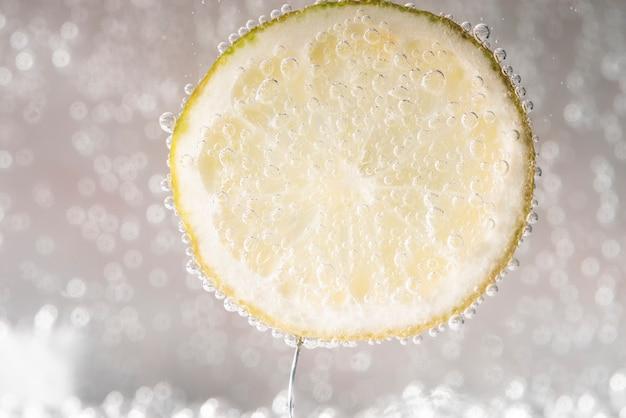 ミネラルウォーターにレモンのスライス