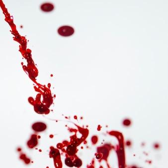 抽象的な赤インクで背景をぼかした写真