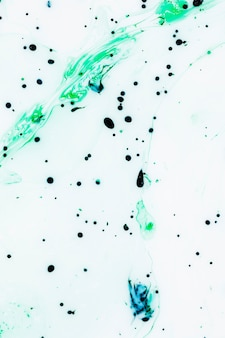 カラフルなインク滴と白の背景
