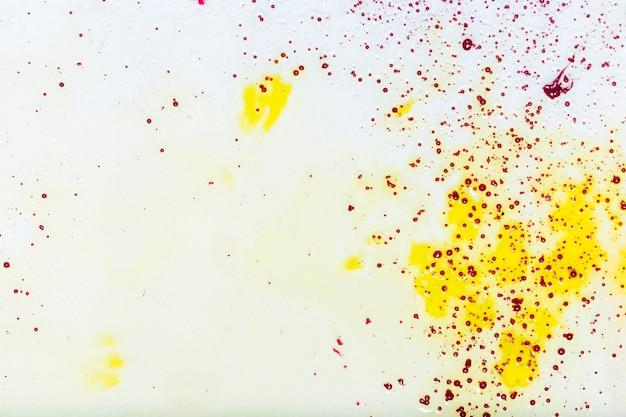 黄色の汚れや斑点のあるコピースペース