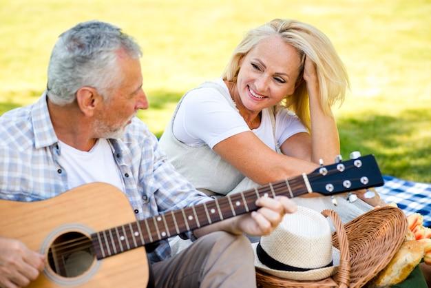 ミディアムショット彼の男を見て笑顔の女性