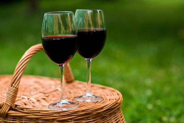 ピクニックバスケットにクローズアップワイングラス