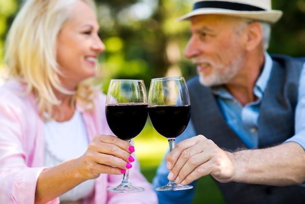 老人と女性がお互いを見て