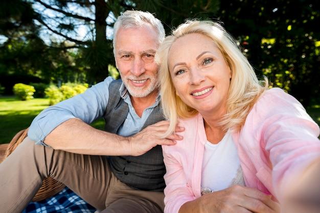 ピクニックで彼の男と笑顔の女性