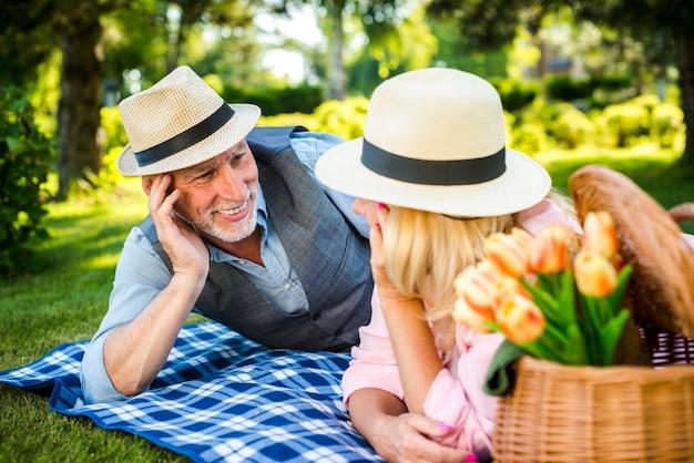 屋外の彼らの時間を楽しんでいる老夫婦