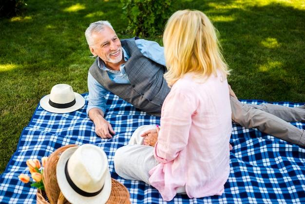 彼らのピクニックを楽しんでいるハイアングルの高齢者