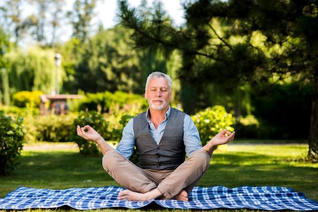 蓮華座で瞑想の男