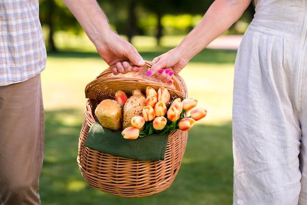 Пара, держащая корзину для пикника