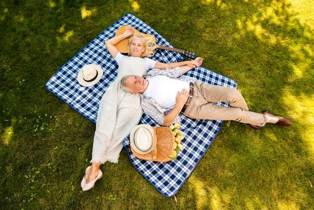 ハイアングルの老夫婦のリラックス