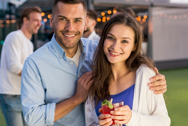 テラスパーティーで笑顔のカップル