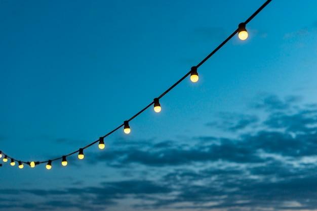 夕焼け空とライトの文字列