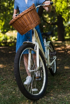 自転車の前輪のクローズアップ