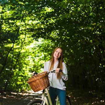 彼女の自転車に笑顔の女性