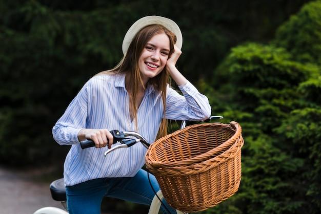 自転車で笑顔の女性