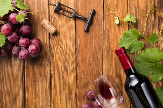 コピースペースを持つブドウの木と一緒に赤ワイン