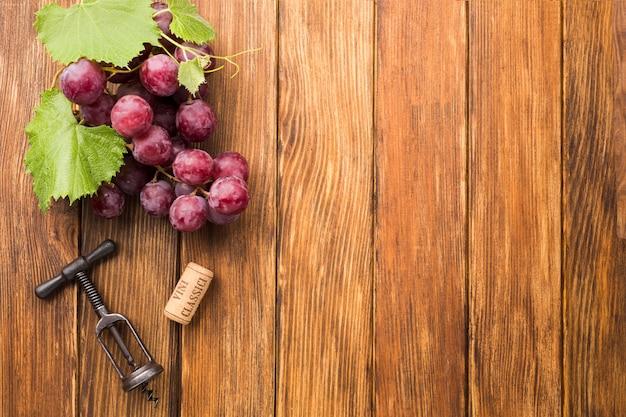 ブドウとミニマルな木製の背景