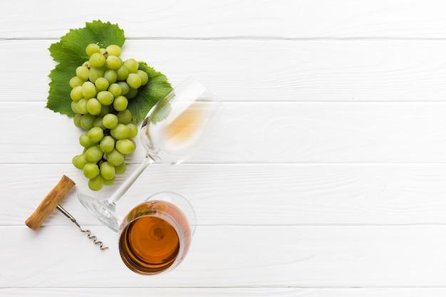 Вид сверху белое вино копией пространства