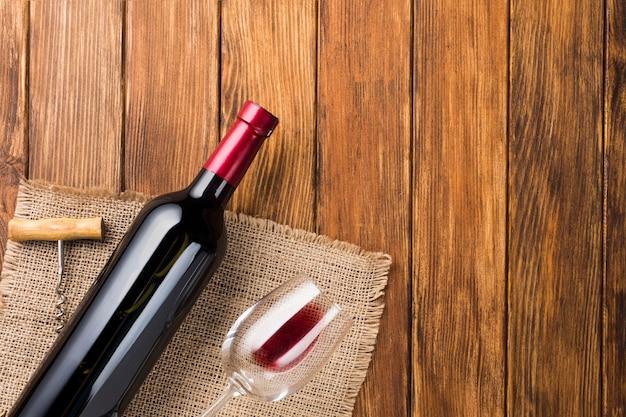 布の上のコピースペース赤ワイン