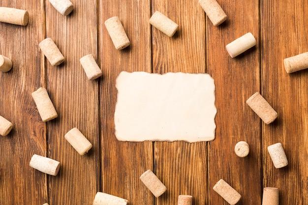 モックアップの紙とコルク栓の背景