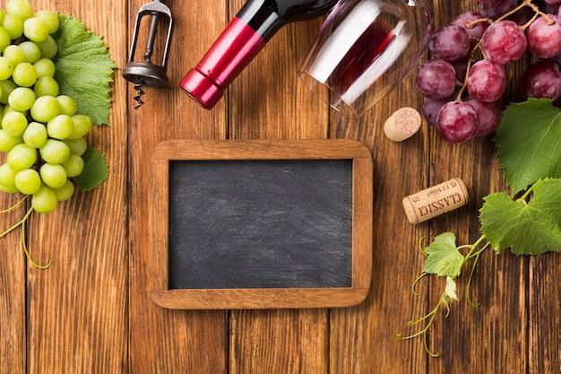 Макет с красным вином и виноградом