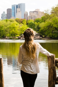 Женщина отдыхает у озера