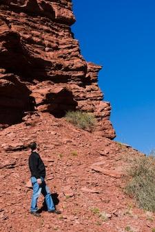 山の風景を離れて見ている男
