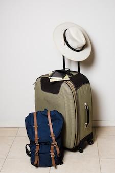 旅行の準備ができて旅行バッグ