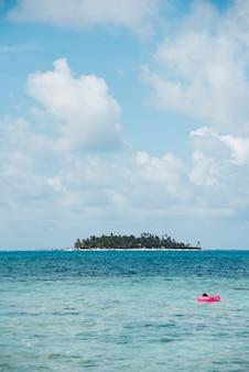 ロングショットの島の風景