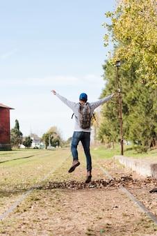 公園で自然を楽しんでいる若い男