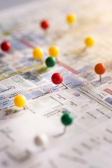 地図上のかわいい旅行のピンポイント