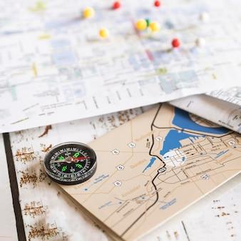 前面に古い地図と多重の背景地図