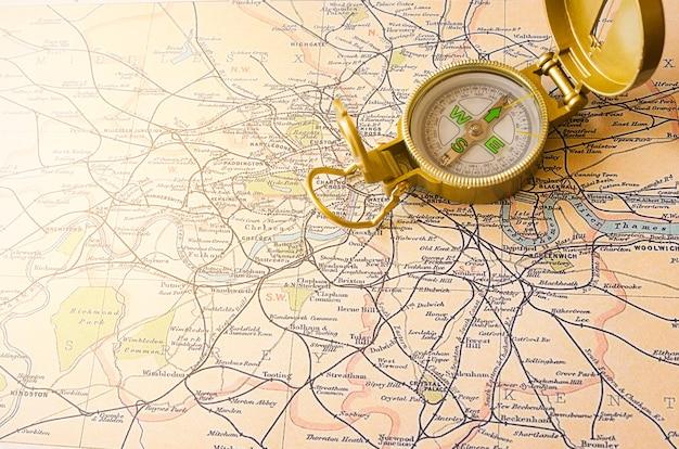 コンパスとイギリスの地図をクローズアップ